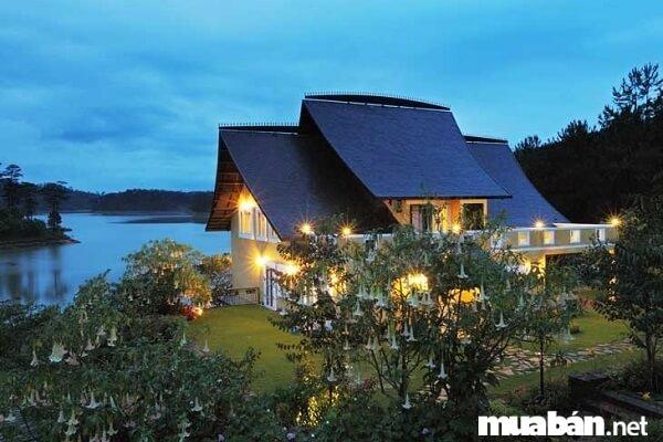 Làng biệt thự Bình An nổi bật bên bờ hồ Tuyền Lâm như một ốc đảo đầy hoa xinh đẹp