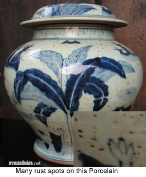 Đồ gốm sứ cổ thường có những tì vết trên bề mặt