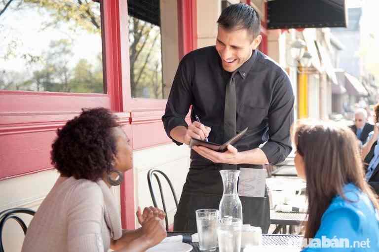 Một người nhân viên phục vụ tốt luôn mỉm cười với khách hàng của mình