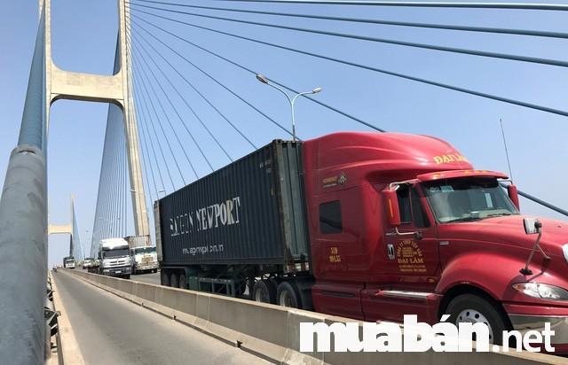 Khối lượng của xe tải tỉ lệ thuận với tốc độ khi đi xuống dốc nên xe càng lớn càng gặp nhiều nguy hiểm