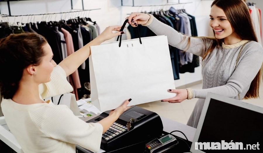 Công việc trực hoặc bán đồ tại các cửa hàng khá nhàn rỗi nhưng thu nhập luôn ổn định
