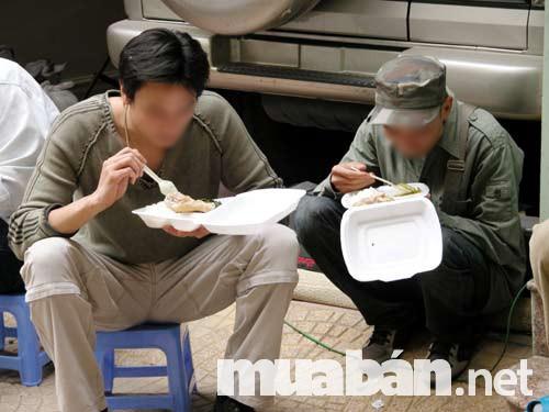 Bữa cơm vội vàng thường thấy của những người phụ xe tải