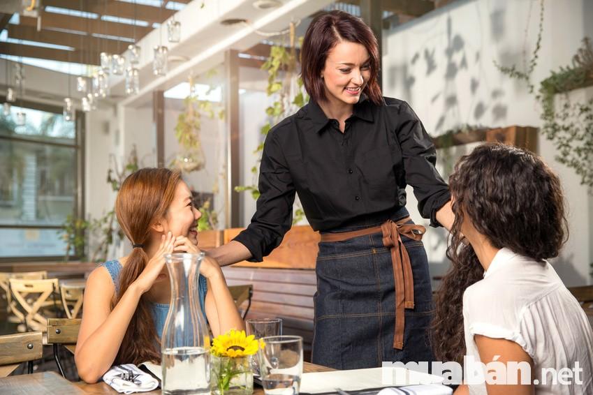 Giao tiếp tốt là kĩ năng cần thiết đối với một nhân viên phục vụ