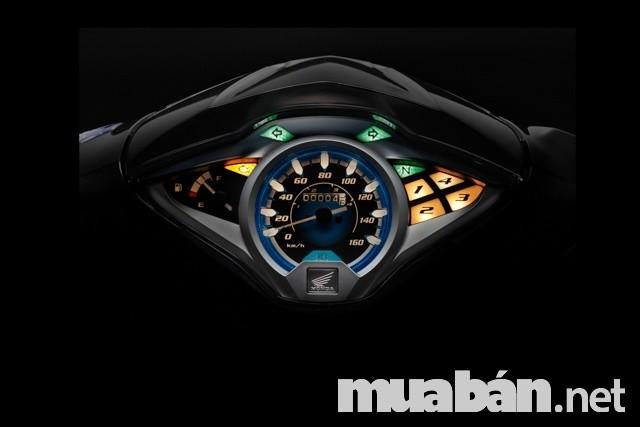 Mặt đồng hồ thể hiện sự đẳng cấp cùng với những chi tiết tiện ích cho người lái