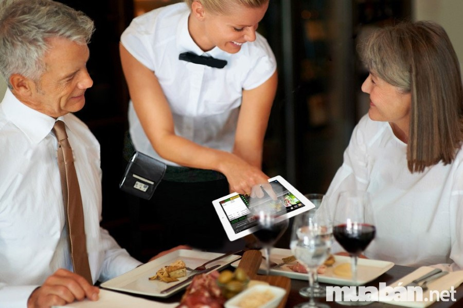 Nhân viên phục vụ cần phải kiên nhẫn trong khâu khách hàng chọn món