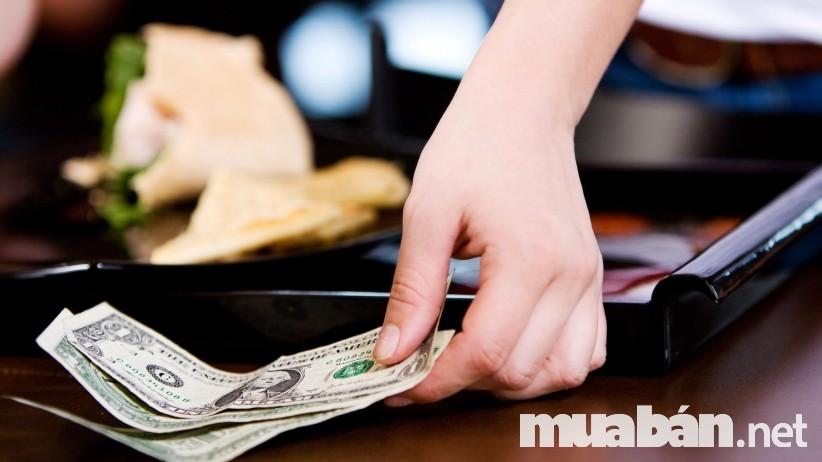 Trung thực trong vấn đề tiền bạc là điều cốt lõi để trở thành một nhân viên phục vụ nhà hàng