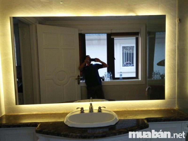 Gương đèn LED làm tăng thêm độ sáng và phong cách mới lạ cho không gian phòng tắm