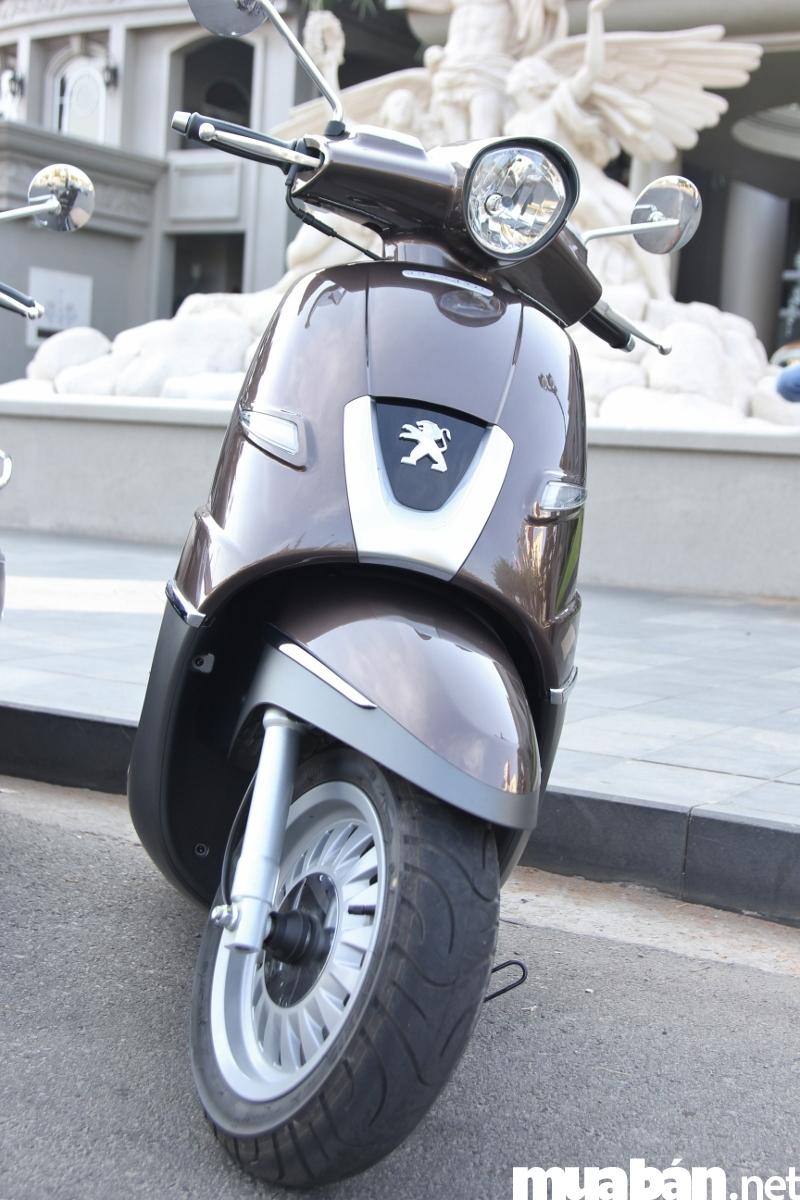 Logo Peugeot với hình sư tử đầy uy quyền phía trước tạo nên vẻ đẹp của một thương hiệu đầy đẳng cấp thời thượng.
