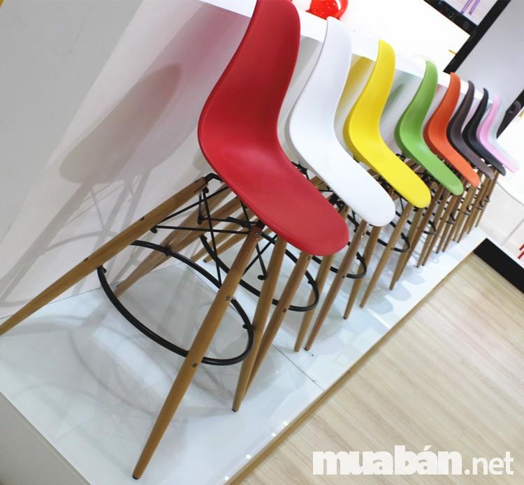 Đơn giản, màu sắc, đầy kiểu dáng là những từ dùng để miêu tả các ghế dùng chất liệu nhựa