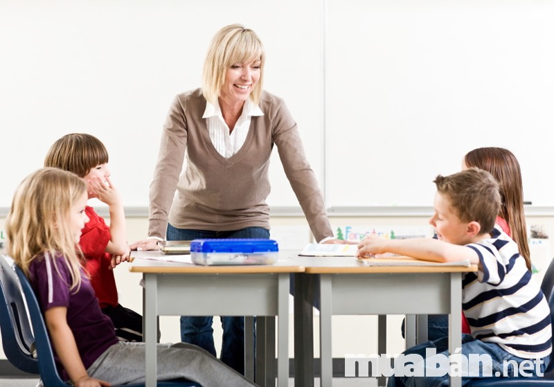 Gia sư dạy một nhóm nhỏ các học viên tại nhà.