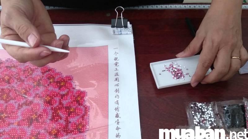 Nhận thêu tranh chữ thập hoặc đính đá tại nhà đang là công việc làm thêm rất hot tại Đà Nẵng