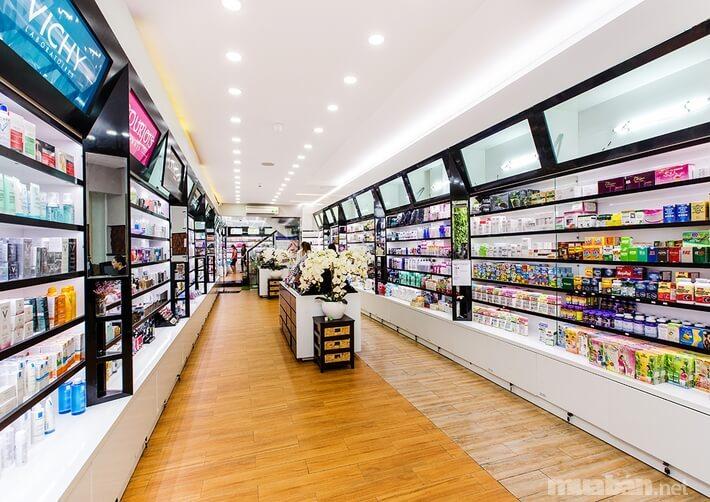 Hasaki có không gian mua sắm rộng rãi, thoải mái và mức giá rất phải chăng