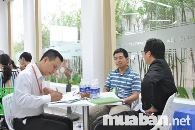Liên hệ với dịch vụ môi giới bất động sản