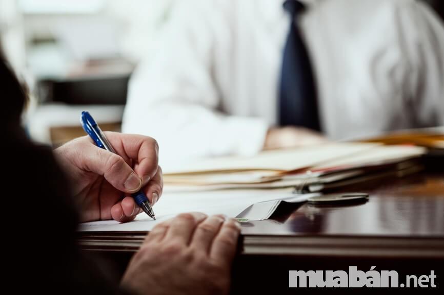 Xem xét thật kỹ giấy tờ là yêu cầu cuối cùng trước khi ký hợp đồng