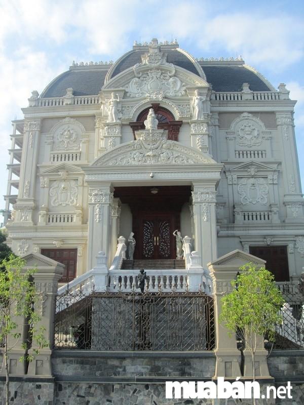 Biệt thự đẹp- Mặt trước của lâu đài Tổng Hải Sơn