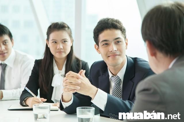 Sự lắng nghe cũng thể hiện khả năng giao tiếp của trưởng phòng nhân sự