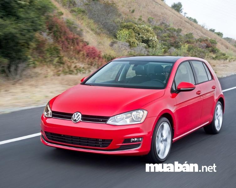 Volkswagen Golf tích hợp cảm biến radar, giúp giảm tốc độ tránh va chạm giúp an toàn khi lái xe.
