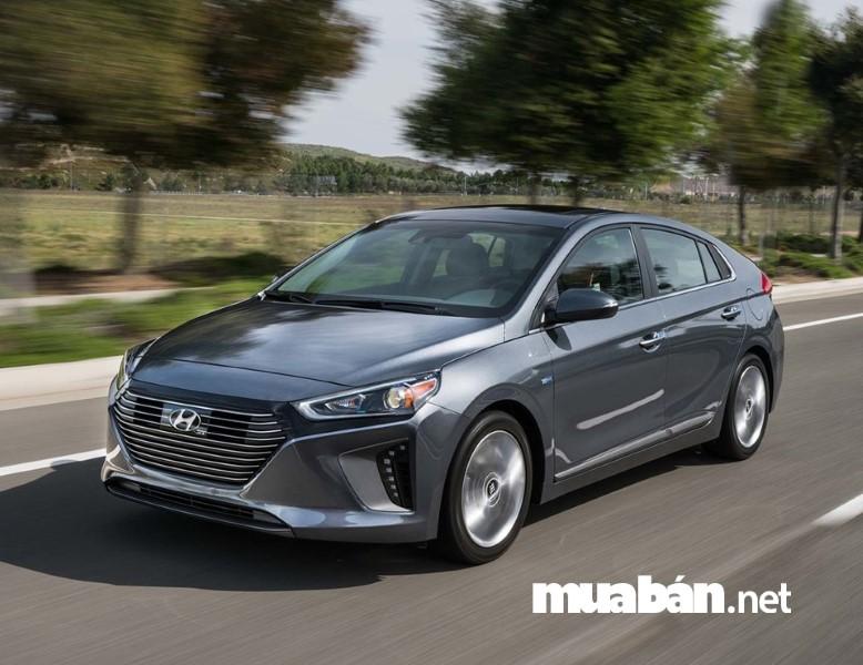 Hyundai Ioniq trang bị nhiều sự chọn lựa cho người mới tập lái.