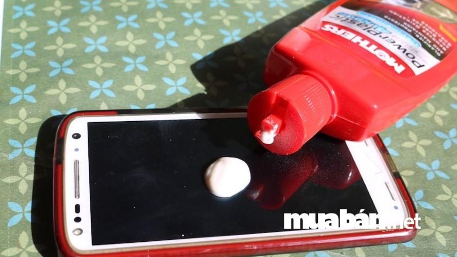 Kem đánh bóng xe hơi cũng có thể giúp bạn khắc phục lỗi trầy xước màn hình điện thoại.