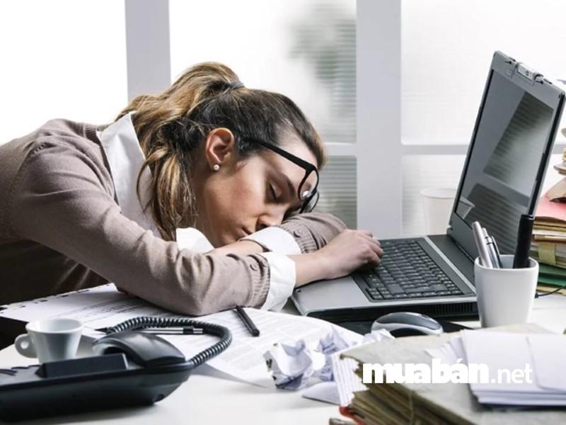 Làm quá giờ khiến cơ thể bạn mệt mỏi, kiệt sức, mất tập trung.