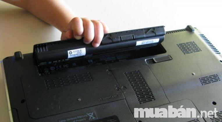 Bạn soi kỹ màn hình và bản lề để tránh mua sản phẩm lỗi