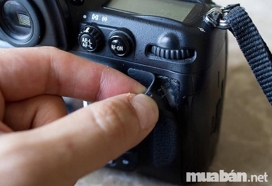 Nên kiểm tra kỹ thân máy ảnh trước khi mua