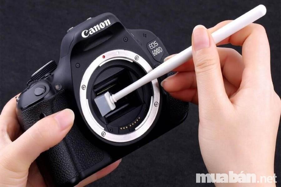Bạn nên vệ sinh máy ảnh thường xuyên để sử dụng tốt trong thời gian dài