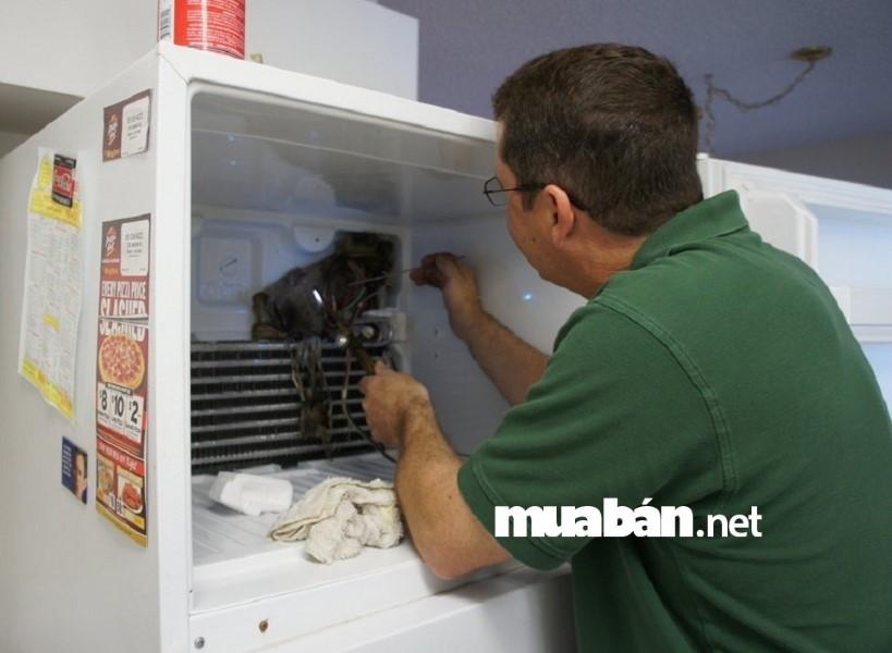 Vệ sinh dàn ngưng thường xuyên để tủ lạnh bền bỉ và tiết kiệm điện.