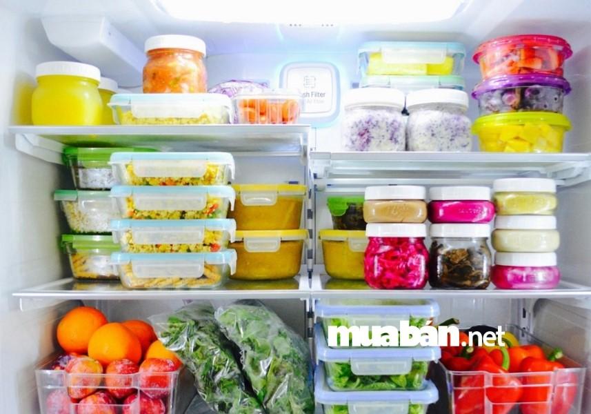 Không để thức ăn nóng vào tủ lạnh.