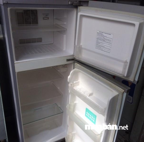Kiểm tra những chi tiết bên trong tủ lạnh như: Các vết rạn nứt, núm vặn nhiệt độ,...xem còn hoạt động tốt hay không.