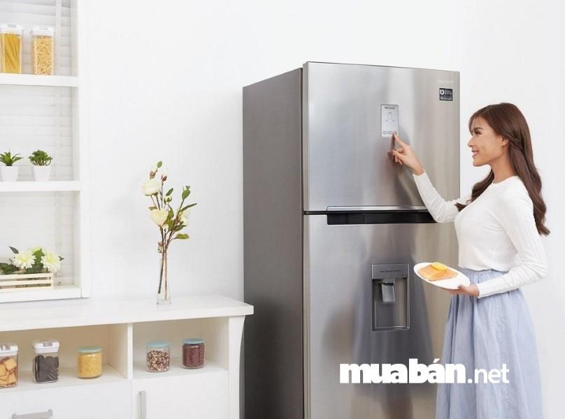 Tránh chọn tủ lạnh cũ mà lớp vỏ ngoài đã xuất hiện vết nứt vì có thể chúng sẽ bị rò điện.