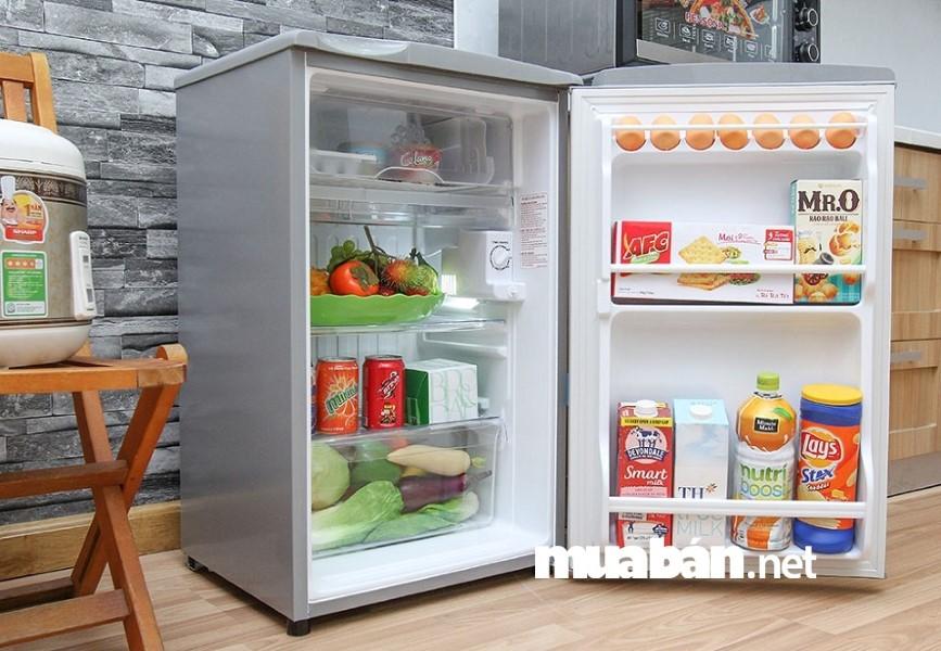 Kiểm tra bóng đèn phát sáng bên trong tủ lạnh cũ xem còn hoạt động tốt hay không.