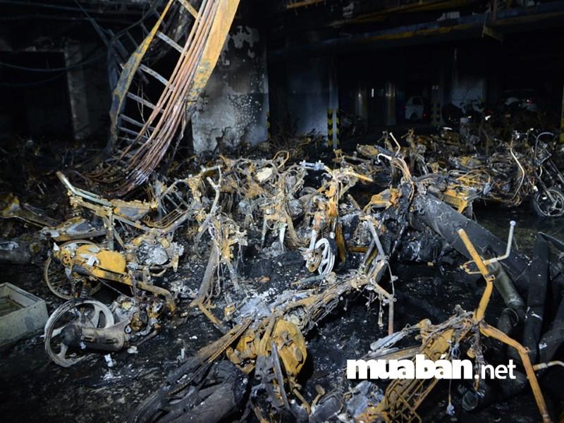 Trong vụ cháy chung cư cao cấp Carina (TP.HCM) nhiều xe máy bị thiêu trụi.