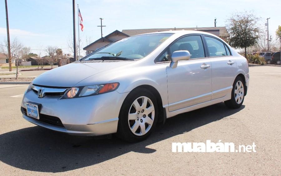 Honda Civic 1.8 số sàn, đời xe 2007 cũng là chiếc xe ô tô cũ giá rẻ đáng mua hiện nay.