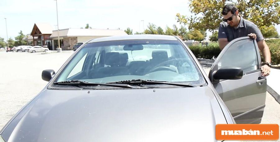 """Việc mở cửa sổ cũng sẽ giúp điều hòa ô tô giảm """"áp lực"""" hơn khi bạn khởi động."""