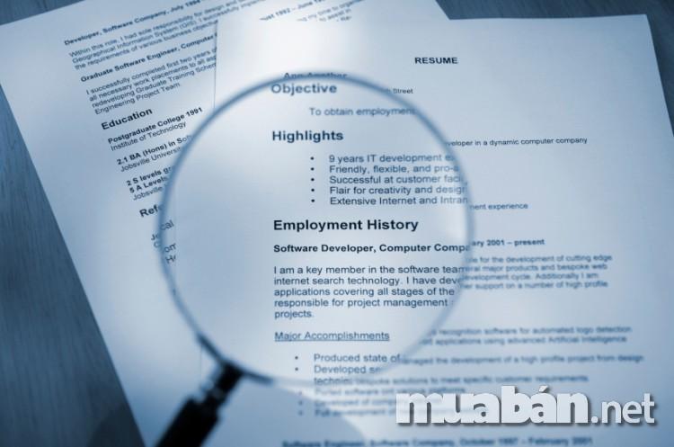 Điều đầu tiên và quan trọng nhất khi nhà tuyển dụng quyết định tìm kiếm trên hồ sơ xin việc của bạn đó là bạn có phù hợp với vị trí mà họ đang tìm kiếm hay không. Điều bạn cần thể hiện cho họ thấy là bạn đã học ở đâu, bằng cấp ra sao, có những kinh nghiệm gì trong vị trí mà bạn ứng tuyển chưa.