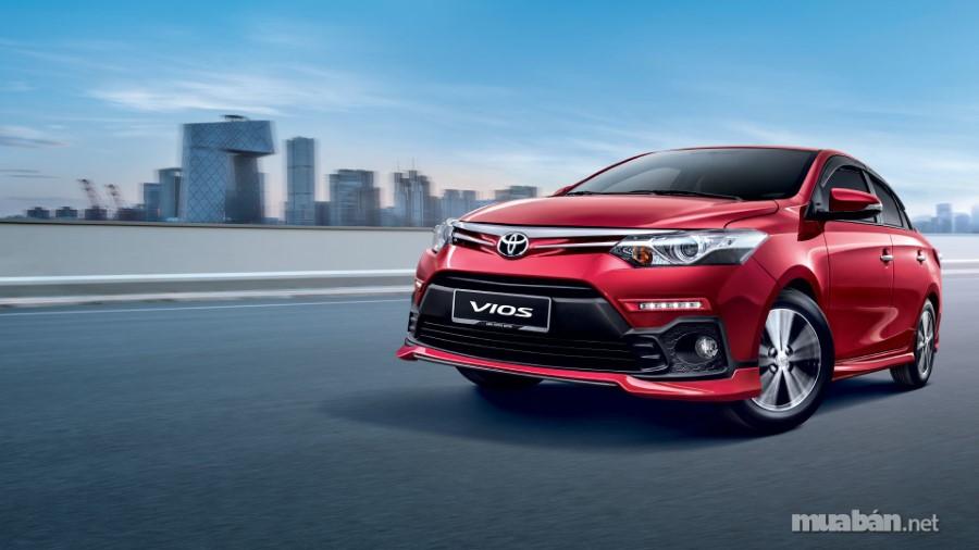 Toyota Vios 2018 được trang bị thêm cụm đèn LED hoàn toàn mới, đây là điểm nhấn khác biệt mà những dòng tiền nhiệm trước đó không có. Phần đầu xe gây ấn tượng mạnh với người nhìn bởi sự đột phá trong thiết kế tinh xảo trong từng đường nét. Điểm nổi bật và ấn tượng chính là cụm lưới tản nhiệt dạng hình thang đặc trưng với phần mặt ca-lăng không còn sử dụng 3 thanh ngang đơn điệu như phiên bản tiền nhiệm. Với thiết kế mới mẻ, cứng cáp và mạnh mẽ hơn rất nhiều, mang đến vẻ đẹp trau chuốt và hoàn mỹ ở mọi góc độ.