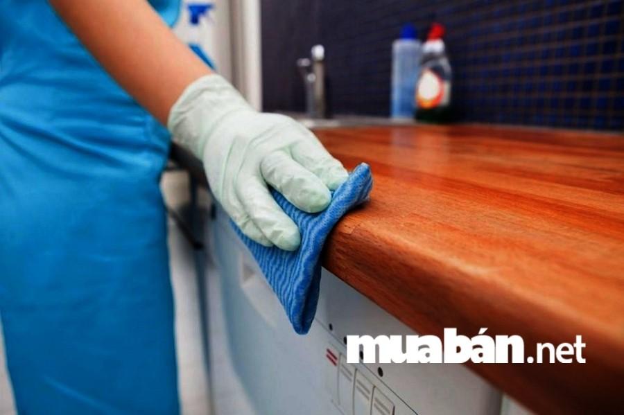 Mua xịt khử phòng nếu căn nhà lâu không ở có mùi hôi, ẩm mốc,...để không gian được tươi mới, thơm tho hơn.