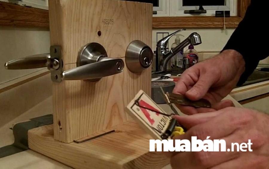 Hãy sửa ổ khóa cho toàn bộ hệ thống cửa của căn nhà trước khi cho thuê nhà nguyên căn.