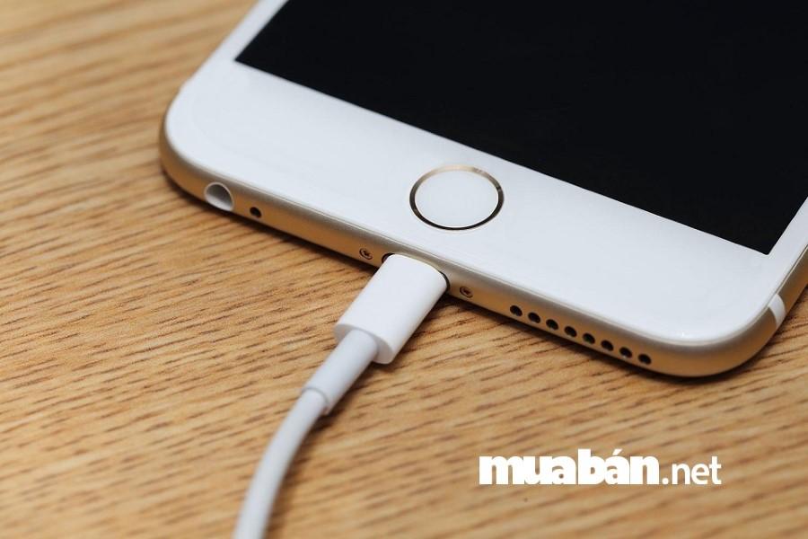 Để tránh mua nhầm smartphone kém chất lượng bạn hãy sạc thử pin trong khoảng 10 - 15 phút.