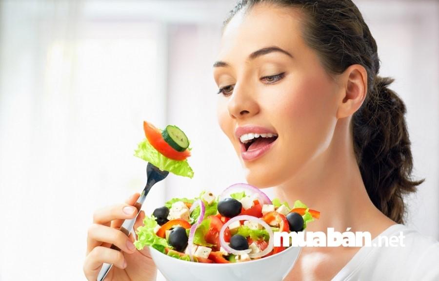 Các mẹ nên chú ý bổ sung đầy đủ các dưỡng chất cho cơ thể và uống nhiều nước.