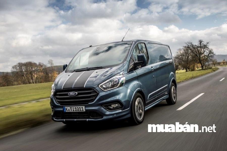 Ford Transit có động cơ mạnh mẽ và tiết kiệm nhiên liệu.