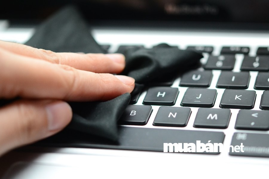 Đừng quên kiểm tra bàn phím và chuột khi mua laptop cũ.