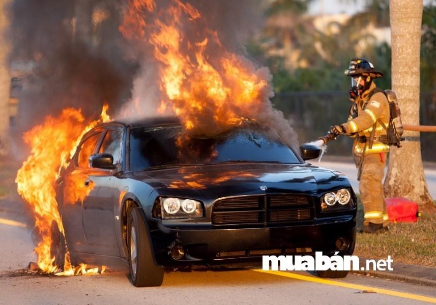 Trời nắng nóng - nhiệt độ trong ô tô tăng cực cao rất dễ gây cháy nổ.