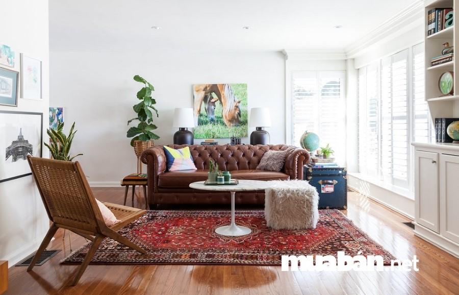 Đừng bố trí toàn đồ nội thất thấp cho căn phòng khách có diện tích nhỏ bởi chúng sẽ khiến không gian chật chội thêm.