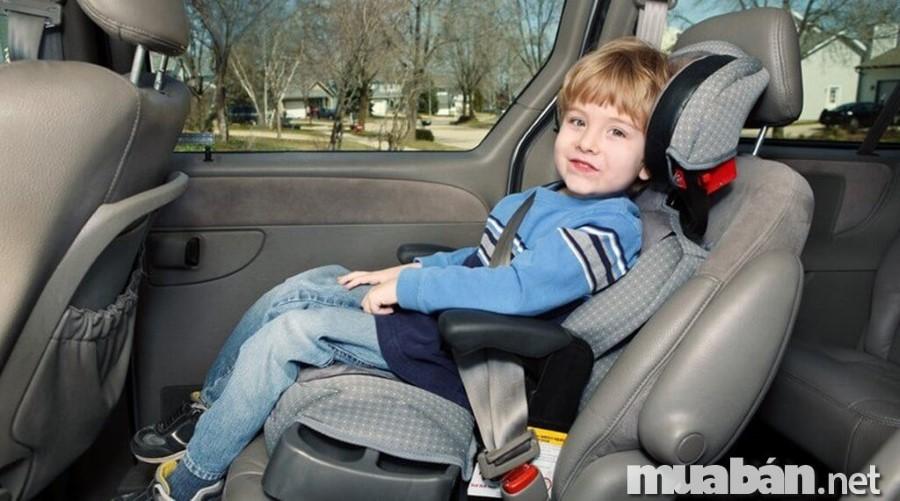 Để đảm bảo an toàn cho trẻ nhỏ và phụ nữ mang thai, hãy để họ ngồi ở hàng ghế phía sau. Với bà bầu, cần phải ngồi ở ghế thoải mái nhất để tránh gây tắc nghén lưu thông mạch máu chi dưới. Hơn thế nữa, nếu đi cùng bà bầu, đừng đi đoạn đường quá dài, hãy nghỉ ngơi để họ có được sự thoải mái nhất trong chuyến hành trình. Đối với trẻ em, bạn nên sắm thêm ghế chuyên dụng loại ngồi trên xe ô tô cho bé để bé ngồi thoải mái và an toàn nhất.