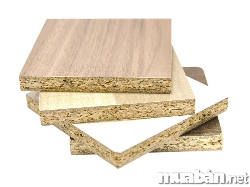 Khả năng chống chọi với thời tiết hơn hẳn gỗ tự nhiên. Gỗ công nghiệp được chia thành nhiều dòng sản phẩm để có thể thích nghi với các điều kiện tự nhiên như mưa, nắng, ẩm,… Có đa dạng mẫu mã, kiểu dáng đẹp mắt,, hiện đại không kém gỗ tự nhiên. Nguyên liệu sản xuất gỗ công nghiệp là từ những mảnh vụn, phần vứt đi của gỗ tự nhiên nên giá thành của gỗ công nghiệp thấp hơn rất nhiều so với gỗ tự nhiên.