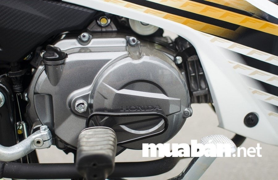 Honda Blade 110 động cơ xy lanh đơn, 4 kỳ, dung tích 109,1cc, làm mát bằng không khí, đi kèm với động cơ này là hộp số tròn 4 cấp côn tự động.
