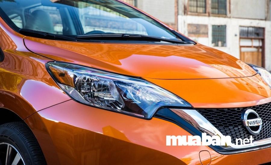 Nissan Sunny 2018 với đầu xe thiết kế hình chữ X độc đáo.