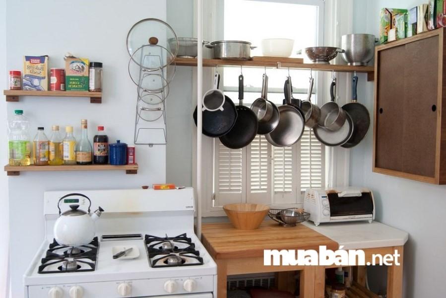 Trong một căn bếp ngăn nắp không thể thiếu những chiếc giá treo xoong nồi, chảo.